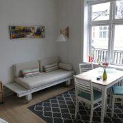 Bed and Breakfast Århus, spisebord og sofa