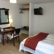 Hotel Guldsmeden Århus - seng, bord, spejl