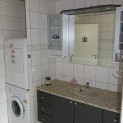B & B Hejren. Badeværelse med vaskemaskine og tørretumbler.